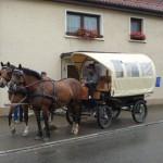 """Kutschfahrt der """"Suuländli""""-Plakatier-Gruppe."""