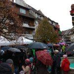 Einem echten Narren macht schlechtes Wetter bekanntlich nichts aus. So fanden zahlreiche Löffinger den Weg zum Hexenbrunnen.