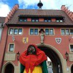Fasnetmendig z'Leffinge! Die große Hexe vor dem Maienländertor.